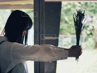 窓の前に立っている人の写真・画像素材[2125291]