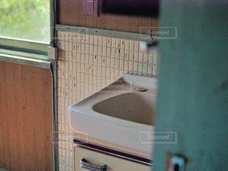 ドアから見える洗面台の写真・画像素材[2125315]
