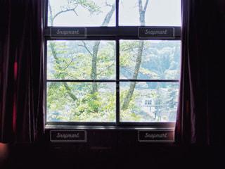 窓から外を見る景色の写真・画像素材[2125317]