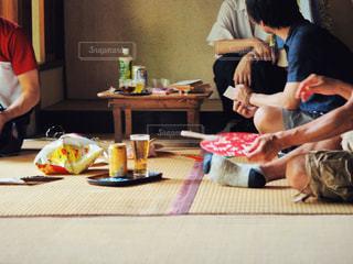 テーブルの上に座っている男女の写真・画像素材[2280617]