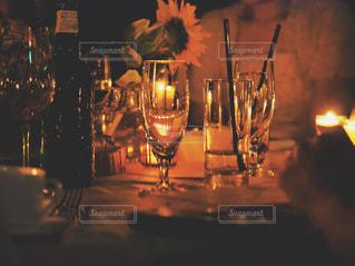 ワイングラスとキャンドルの写真・画像素材[2305449]