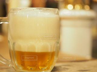 泡の多いビールの写真・画像素材[2316925]