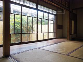 大きな窓のある部屋の写真・画像素材[2316928]
