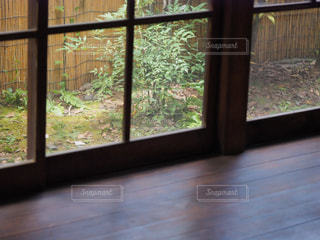 大きな窓の縁側の写真・画像素材[2316929]
