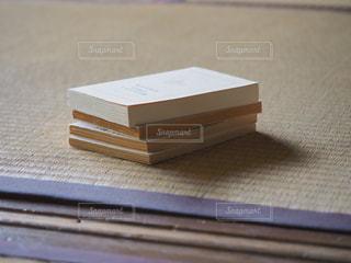 木製のテーブルの上に置かれた本の写真・画像素材[2316930]