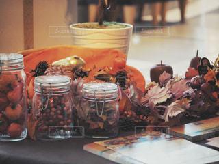 テーブルの上のガラス瓶のグループの写真・画像素材[2438938]