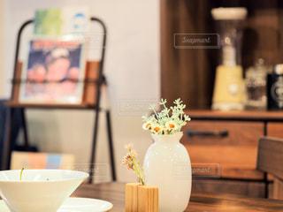 テーブルの上の白い花瓶の写真・画像素材[2439462]