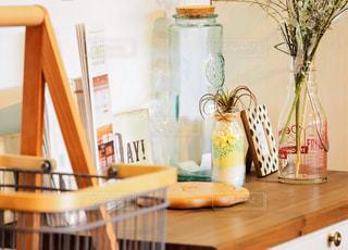 木製のテーブルの上に座っている花瓶の写真・画像素材[2439472]