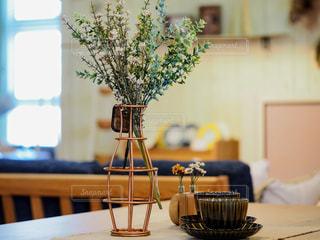 木製のテーブルの上に座っている花瓶の写真・画像素材[2439475]