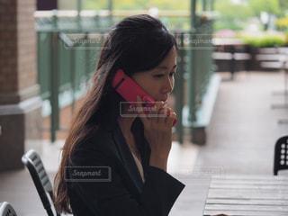 携帯電話で話している女性の写真・画像素材[2443190]