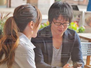 テーブルに座っている女性の写真・画像素材[2443194]