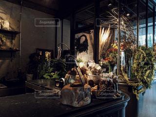 テーブルの上に家具と花瓶でいっぱいの部屋の写真・画像素材[2767495]