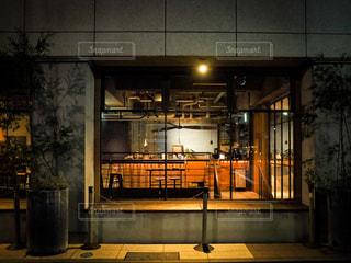 ゲストハウスの前のベンチの写真・画像素材[2767519]