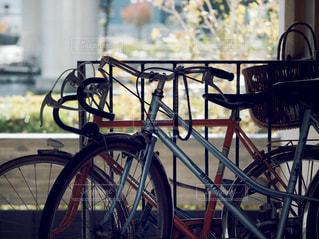 建物の脇に駐車している自転車の写真・画像素材[2767525]