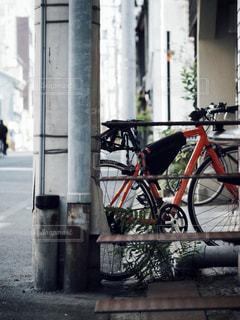 建物の脇に駐車している自転車の写真・画像素材[2767526]