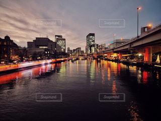 都市を背景にした水域に架かる長い橋 大阪の風景の写真・画像素材[2868167]