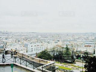 都市を背景にした水域に架かる橋の写真・画像素材[2868227]