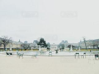 フェンスの隣に立っている人々のグループの写真・画像素材[2868232]