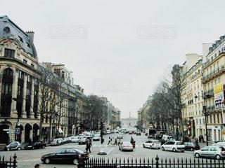にぎやかな街通りを間近にの写真・画像素材[2868240]
