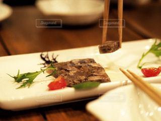 食べ物の皿をテーブルの上に置くの写真・画像素材[3036973]