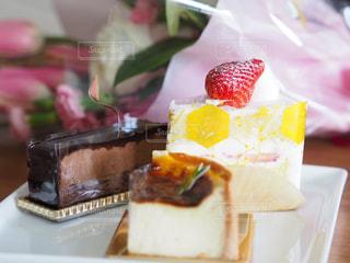 テーブルの上に座っているケーキの写真・画像素材[3178433]