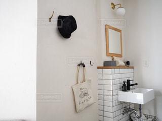 洗面台と鏡のある部屋の写真・画像素材[3419090]