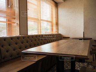 家具と大きな窓でいっぱいのリビングルームの写真・画像素材[3419201]