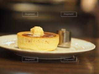 テーブルの上の皿の上にケーキをの写真・画像素材[3711306]