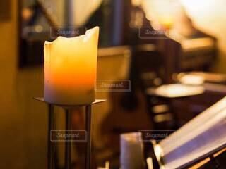 夜のろうそくの灯りの写真・画像素材[3879649]