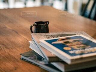 カフェのテーブルの上の本の写真・画像素材[4186609]