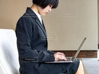 パソコンを使って作業をしている就活中の女子学生の写真・画像素材[4286289]