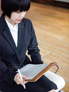 履歴書をかいているリクルートスーツの就活女性の写真・画像素材[4286897]