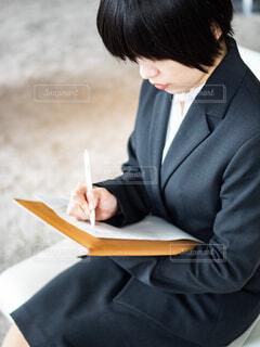 仕事をしているスーツ姿の女性の写真・画像素材[4286904]