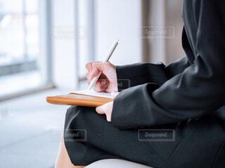 書類にサインをするビジネススーツの女性の写真・画像素材[4286917]