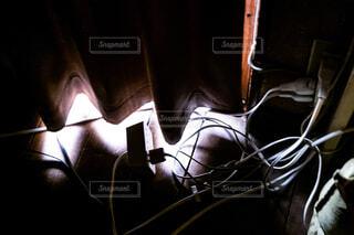 カーテンから漏れた光とケーブルの写真・画像素材[4358100]