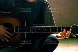 ギターを弾く練習中の女の子の写真・画像素材[4358103]