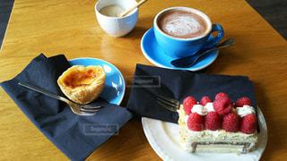 コーヒー カップの横にある皿の上のケーキの一部 - No.928615