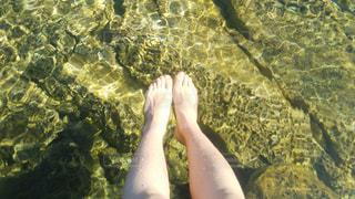 女性の裸足と湖の写真・画像素材[929477]