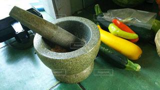 キッチンにてスパイスつぶしと野菜の写真・画像素材[929651]