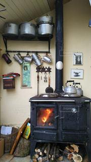 暖炉の火にあたりながらの写真・画像素材[931760]