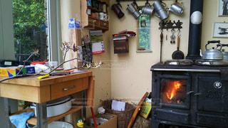 暖かい暖炉のある家の写真・画像素材[931761]