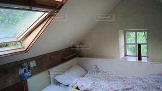 天窓のある屋根裏部屋の写真・画像素材[931811]