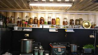屋外カフェの厨房とメイソンジャーの写真・画像素材[945706]
