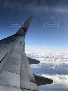 飛行機の窓からの景色の写真・画像素材[928318]