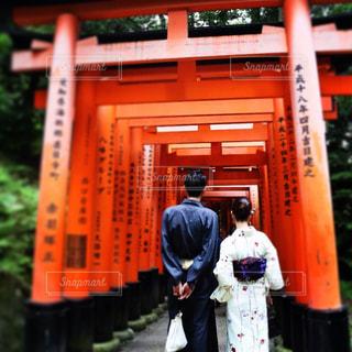 京都 伏見稲荷の前に立つ男女の写真・画像素材[928872]