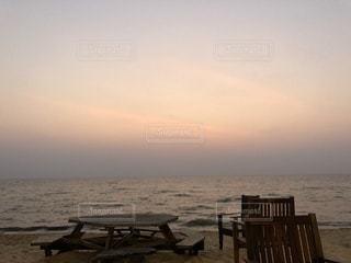 水の体の横にある砂浜のビーチの写真・画像素材[1015642]