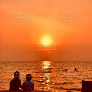 水の体に沈む夕日の写真・画像素材[1015646]