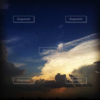 夕暮れの入道雲の写真・画像素材[928625]