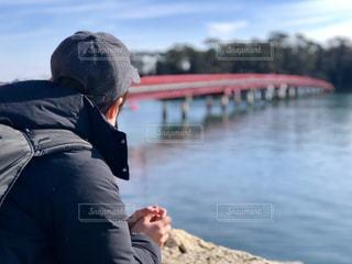 水の中に立っている男の人の写真・画像素材[1803993]
