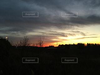 夕焼け空に浮かぶ雲の写真・画像素材[957420]